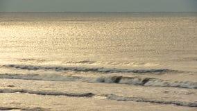 Zonbezinning in golven stock videobeelden
