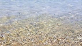 Zonbezinning in ondiep zeewater, Skiathos-eiland, Griekenland stock foto's