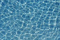 Zonbezinning over het water in zwembad Royalty-vrije Stock Foto