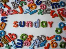 Zondagbanner met kleurrijke kleine letters stock foto