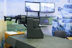 Zonder een proef militaire die robot met wapens bij de tentoonstelling worden geïnstalleerd royalty-vrije stock foto