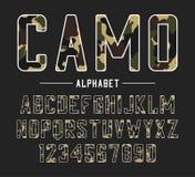 Zonder serif doopvont met camouflagetextuur Gecondenseerde gewaagde lettersoort, hoog alfabet met aantallen in militaire en leger royalty-vrije illustratie