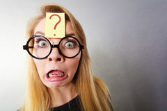 Zonderling nerd vrouw die vraagteken op voorhoofd hebben stock foto's