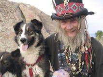 Zonderlinge oudere heer met zijn hond royalty-vrije stock afbeelding