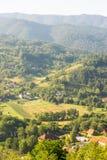 Zone agricole elaborate nelle montagne della Serbia Fotografie Stock