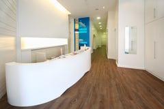 Zone d'accueil de Lit dans la clinique dentaire. Photo libre de droits