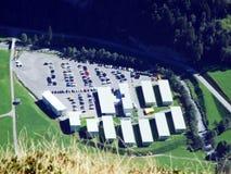 Zone d'affaires avec des entrepôts dans Linthal photos stock