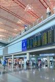 Zone d'arrivée avec le panneau de programme de vol, aéroport international capital de Pékin Photos stock