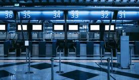 Zone d'enregistrement dans le terminal d'aéroport contemporain images libres de droits