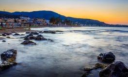 Zone d'hôtel - longues roches d'exposition en mer Images stock