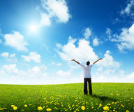 Zone d'herbe et d'homme heureux Images stock