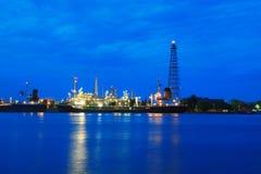 Zone de centrale de raffinerie au crépuscule Image libre de droits