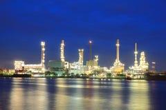 Zone de centrale de raffinerie au crépuscule Photo libre de droits