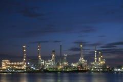 Zone de centrale de raffinerie au crépuscule Images stock