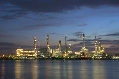 Zone de centrale de raffinerie au crépuscule Photographie stock libre de droits