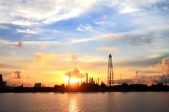 Zone de centrale de raffinerie au matin Images libres de droits