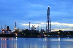 Zone de centrale de raffinerie au panorama crépusculaire Image stock