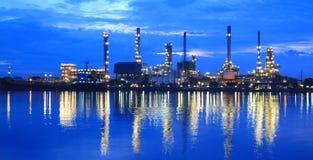 Zone de centrale de raffinerie au panorama crépusculaire Photographie stock libre de droits