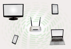 Zone de connectivité d'Internet sans fil avec le téléphone intelligent de moniteur de routeur d'étiquette de bureau d'ordinateur  Photo libre de droits