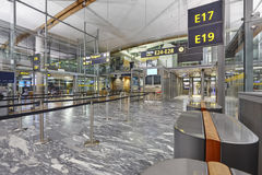 Zone de contrôle de passeport d'aéroport avec des lignes et des carlingues International Image libre de droits