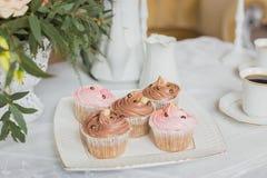 Zone de décorations de mariage - table blanche avec le bouquet et les petits gâteaux Image libre de droits