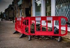 Zone de manoeuvre d'excavation de revêtement de la chaussée avec les glissières de sécurité rouges image libre de droits