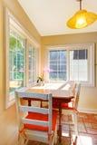 Zone de petit déjeuner de salle à manger dans une petite cuisine. Photos stock