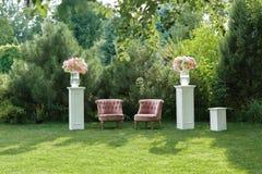 Zone de photo avec le beau fauteuil à un mariage décoré Photographie stock