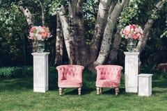 Zone de photo avec le beau fauteuil à un mariage décoré Photographie stock libre de droits
