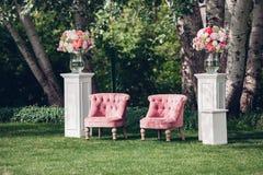 Zone de photo avec le beau fauteuil à un mariage décoré Image libre de droits