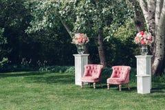 Zone de photo avec le beau fauteuil à un mariage décoré Photo libre de droits