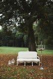 Zone de photo avec le sofa épouser des décorations pour la séance photos sofa blanc classique dans la nature chandelier dans l'in photos stock
