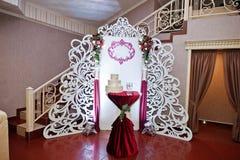 Zone de photo de mariage avec le décor différent sur le restaurant Photos stock