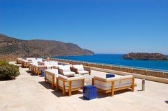 Zone de relaxation de vue de mer d'hôtel de luxe image libre de droits