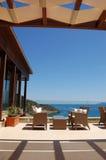 Zone de relaxation de vue de mer d'hôtel de luxe photographie stock libre de droits