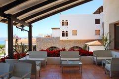 Zone de relaxation de vue de mer d'hôtel de luxe images stock