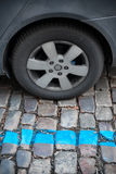 Zone de stationnement bleue pour des voitures dans la ville Image libre de droits