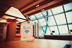 Zone de stockage dans l'aéroport de Suvarnabhumi avec le service gratuit de WiFi Image stock