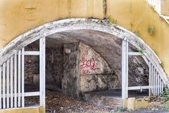 Zone de stockage souterraine près des étapes Photos libres de droits
