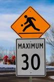Zone de terrain de jeu avec le signe de limite de vitesse maximale Image libre de droits
