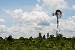 Zone et wildmill verts dans le pays Photos stock