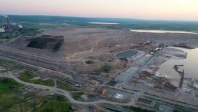 Zone industrielle avec de grands tuyaux d'usine Fumée blanche épaisse versée de la cheminée dans l'air ambiant banque de vidéos