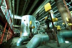 Zone industrielle, canalisations en acier et câbles Photographie stock libre de droits