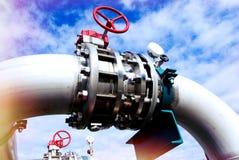 Zone industrielle, canalisations en acier et valves contre le ciel bleu photo stock