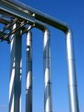 Zone industrielle, canalisations en acier sur le ciel bleu Image stock