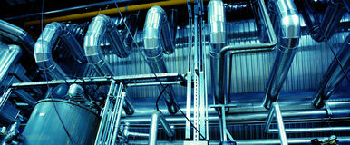 Zone industrielle, canalisations en acier, valves et câbles Photos libres de droits