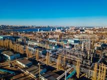 Zone industrielle chimique d'usine Silhouette d'homme se recroquevillant d'affaires images libres de droits