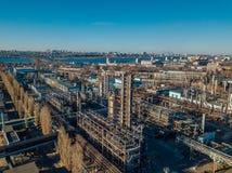 Zone industrielle chimique d'usine Silhouette d'homme se recroquevillant d'affaires photos stock