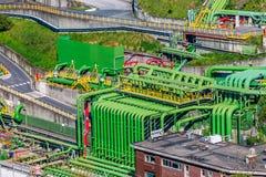 Zone industrielle de stockage d'huiles minérales avec les tuyaux colorés Image stock