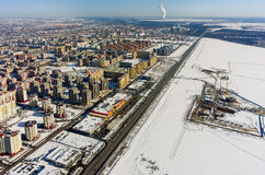 Zone résidentielle au-dessus de fond d'usine de ville Tyumen Photos stock
